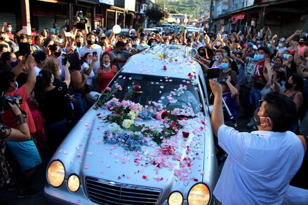 En medio de manifestaciones a lo largo de Chile, el cuerpo de Francisco Martínez viaja hacia Santiago para ser velado