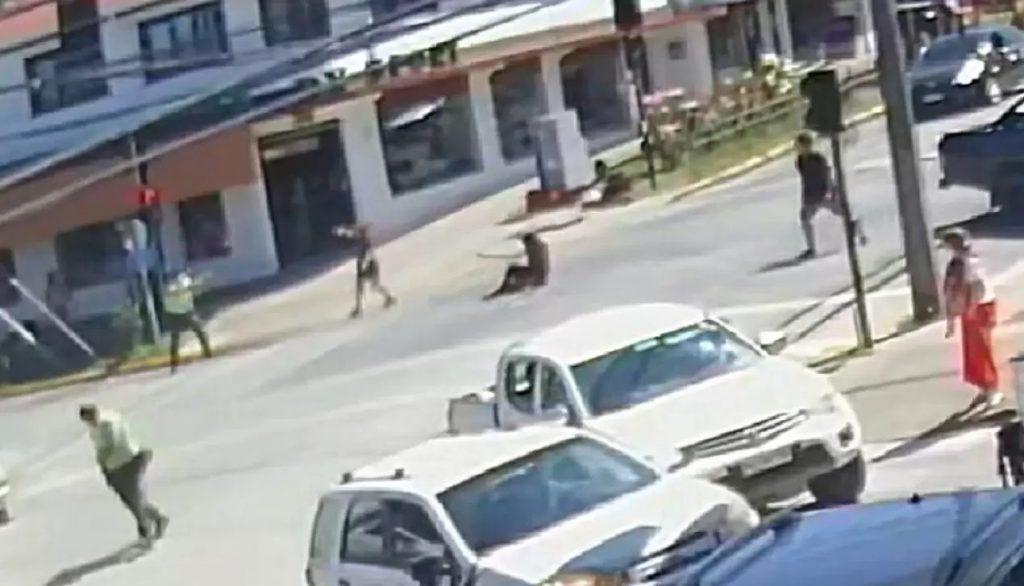 Panguipulli: Revelan nuevo video donde se aprecia disparo de Carabineros a malabarista cuando ya estaba en el suelo