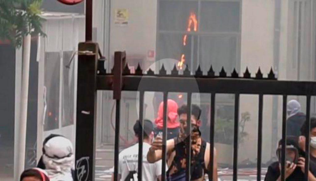 """Denuncian que nuevo video revelaría que equipo Intra Marchas de Carabineros """"incitó"""" incendio en la Universidad Pedro de Valdivia"""