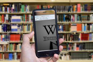 """""""El contenido de Wikipedia es correcto"""": Wikimedia se defiende por polémica del debate"""