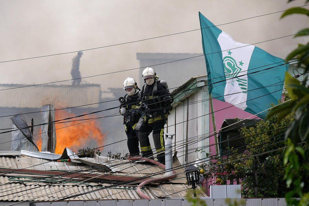 Incendio en Cerro Rocuant de Valparaíso consumió cinco casas tras propagarse por culpa de la maleza