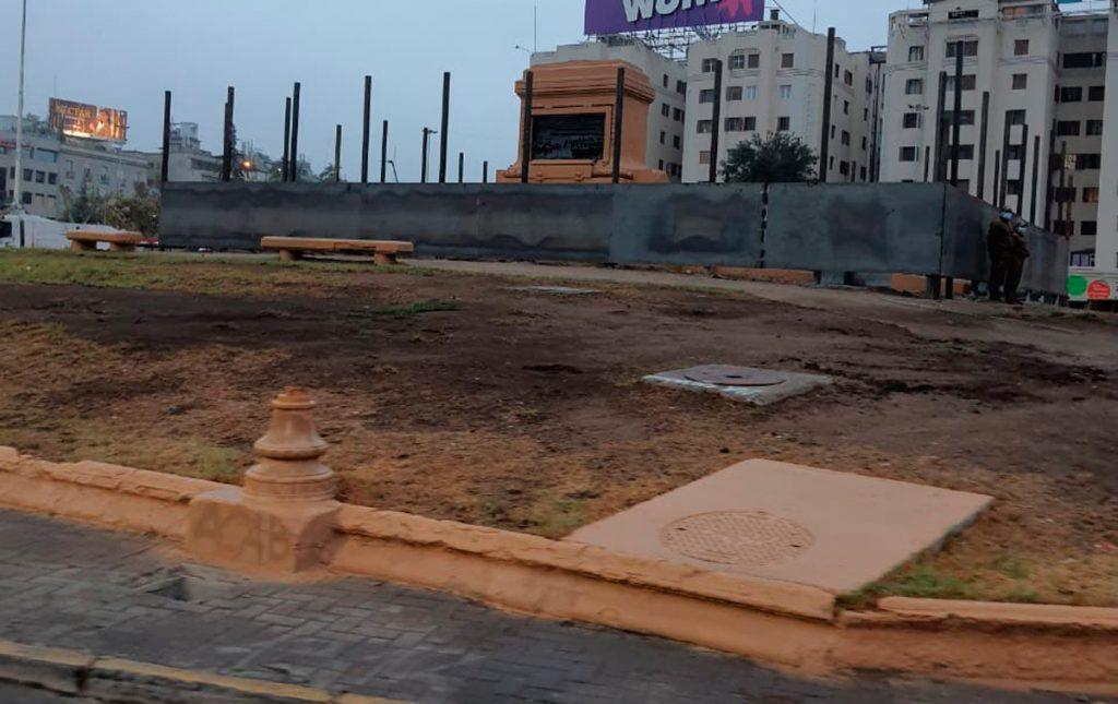 Plaza Baquedano amanece cerrada con muro perimetral metálico y fuertemente custodiada por Carabineros
