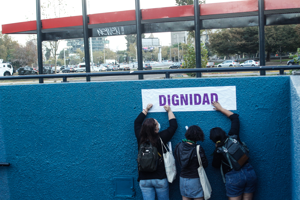 Súper Lunes Feminista: Renombran estaciones del Metro de Santiago con demandas y consignas del programa de la huelga 8M