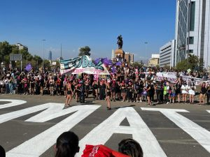 VIDEOS| Dispersan marcha del 8M tras nuevo intento de derribar estatua de general Baquedano
