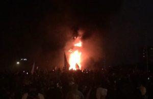 Prenden fuego a estatua de Baquedano en medio de nueva jornada de protestas