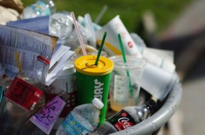 A un paso de ser ley: Avanza proyecto que prohibirá utensilios plásticos de un solo uso