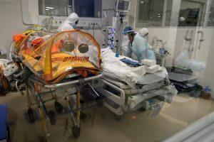 ICOVID: Contagios empiezan a ceder, pero la ocupación hospitalaria y mortalidad se mantienen en niveles críticos