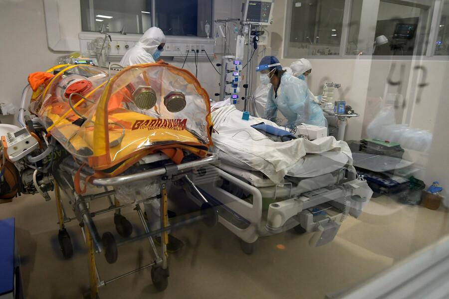 """Informe ICOVID Chile: """"Mayor crecimiento relativo en hospitalizaciones UCI se observa en menores de 50 años"""""""