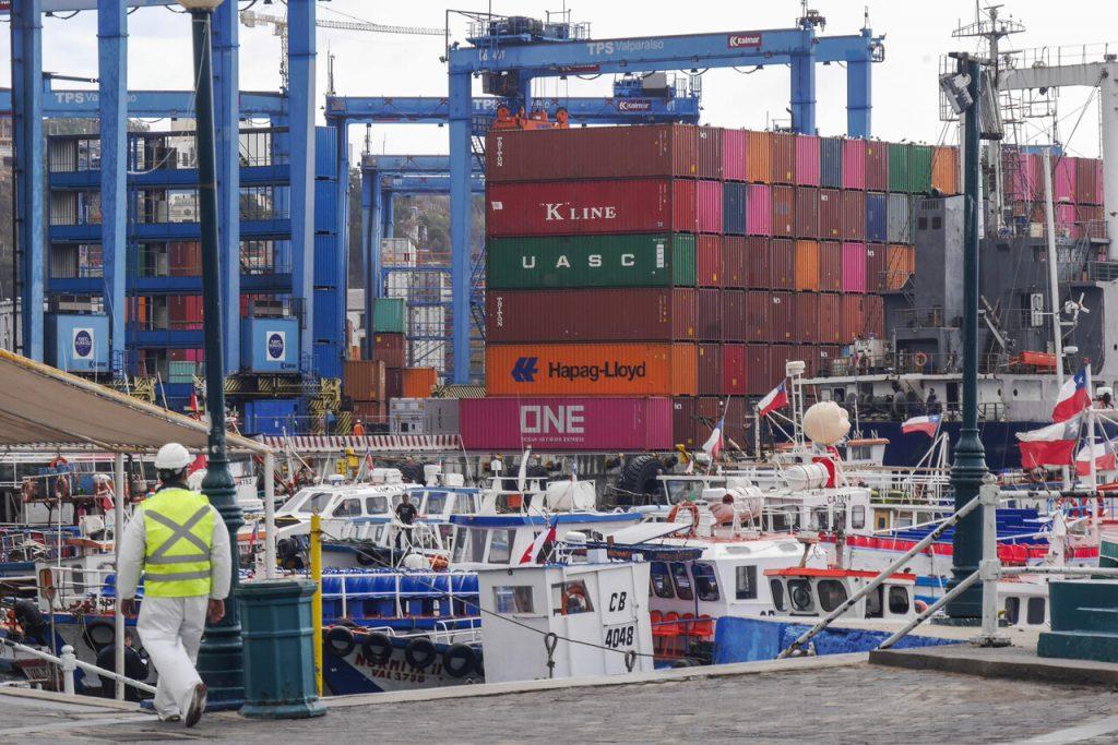 Consejo internacional de portuarios advierte que bloqueará carga chilena por Piñera acudiendo al TC