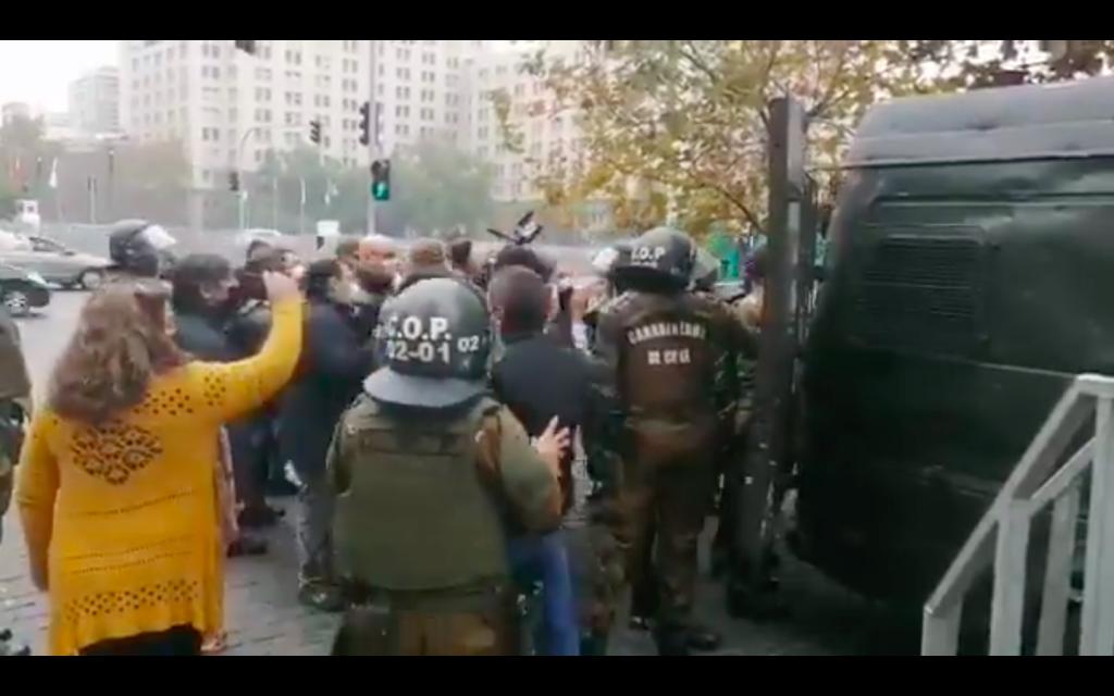 Huelga General Sanitaria: Detienen a dirigentes sindicales que intentaron dejar carta en La Moneda