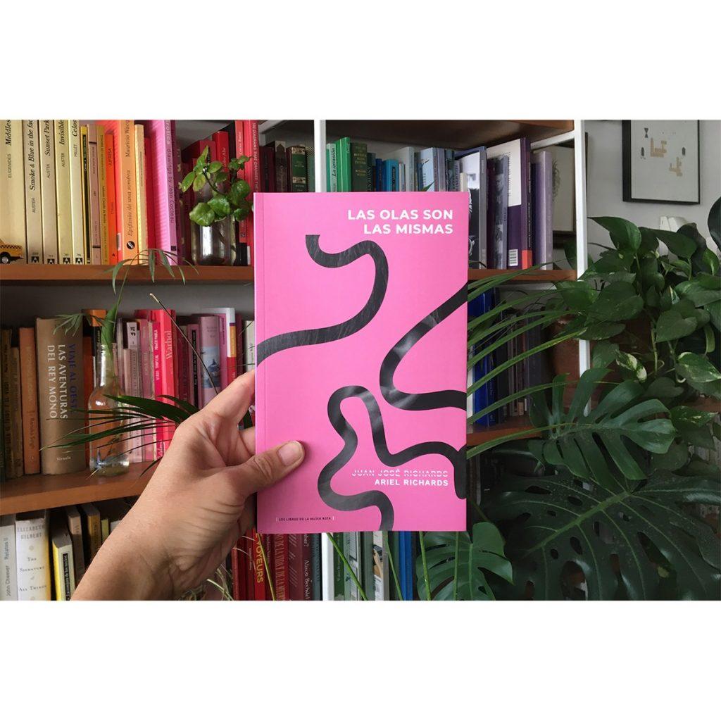 El tránsito de Ariel Richards: La escritora reedita su primera novela «Las olas son las mismas»