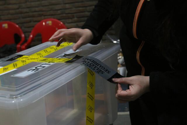 Vocales acusan que no les llegaron cintas oficiales para sellar urnas y debieron forrarlas con plástico
