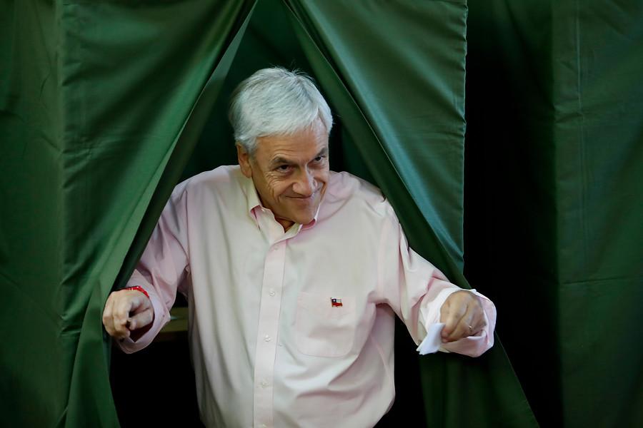 VIDEO| El chascarro de Piñera: Pasa lengua por autoadhesivo del voto y le piden que se ponga mascarilla