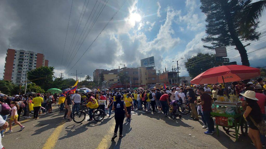 Denuncian ataques armados de civiles contra manifestantes en Colombia