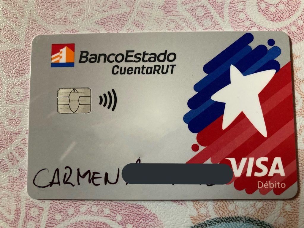 BancoEstado hizo entrega de tarjetas de CuentaRUT con nombre escrito a plumón: Entidad confirma la situación