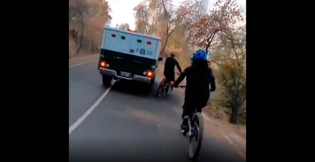 VIDEO| Denuncian peligrosa maniobra de móvil de Carabineros contra un ciclista: Fundación Emilia condena el hecho