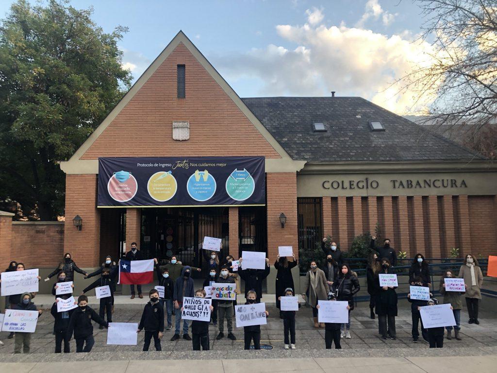 Colegios particulares pagados protestan exigiendo regreso de clases presenciales: Tabancura y Mayflower entre ellos