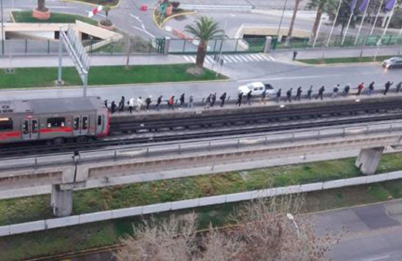 FOTOS  Metro de Santiago sufre falla en Línea 5 y pasajeros deben evacuar por túneles y vías
