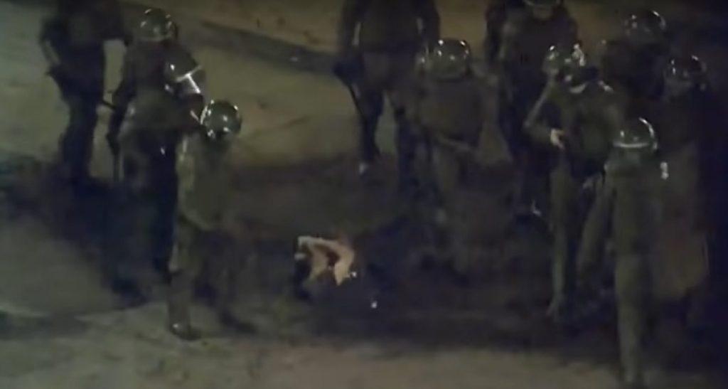 18-O: CDE presenta querellas por casos de brutal golpiza en Plaza Ñuñoa y de joven aplastado por dos carros policiales en Plaza Italia