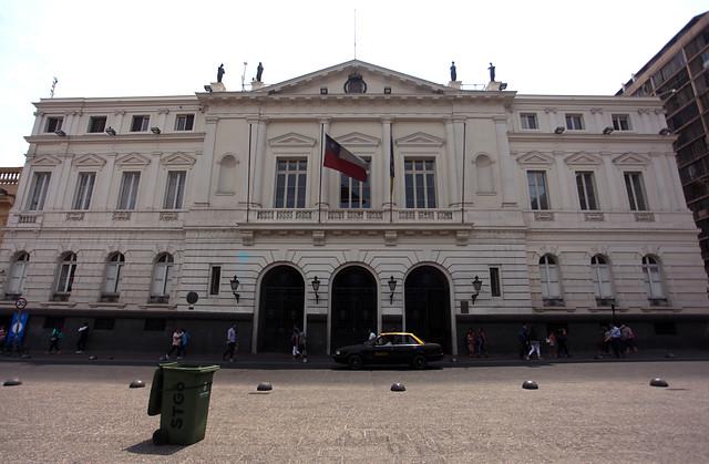 Denuncian a la Municipalidad de Santiago por falsificar finiquitos de funcionarios desvinculados
