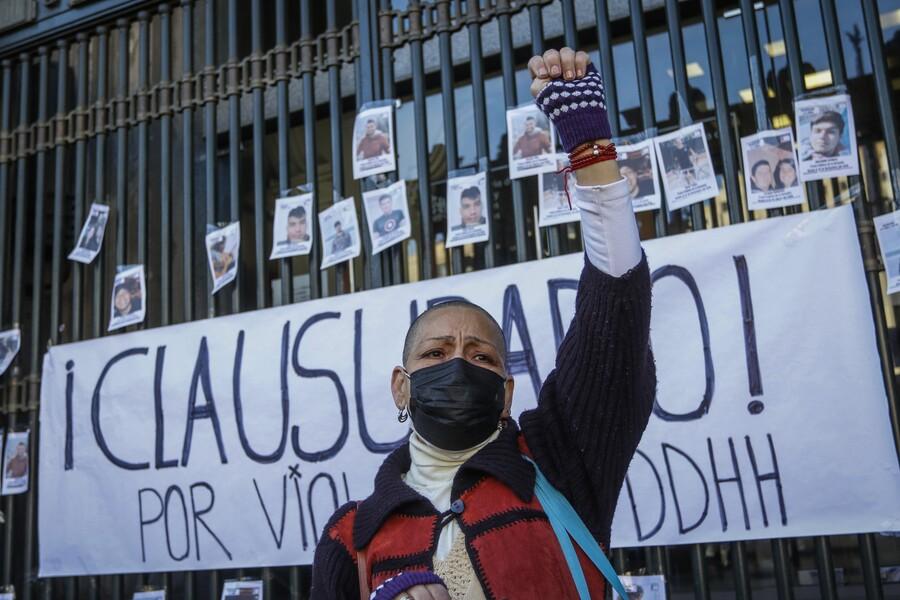 «Clausurado por violar los DD.HH.»: Familiares de presos de la revuelta se manifiestan y entregan carta a ministro Hernán Larraín
