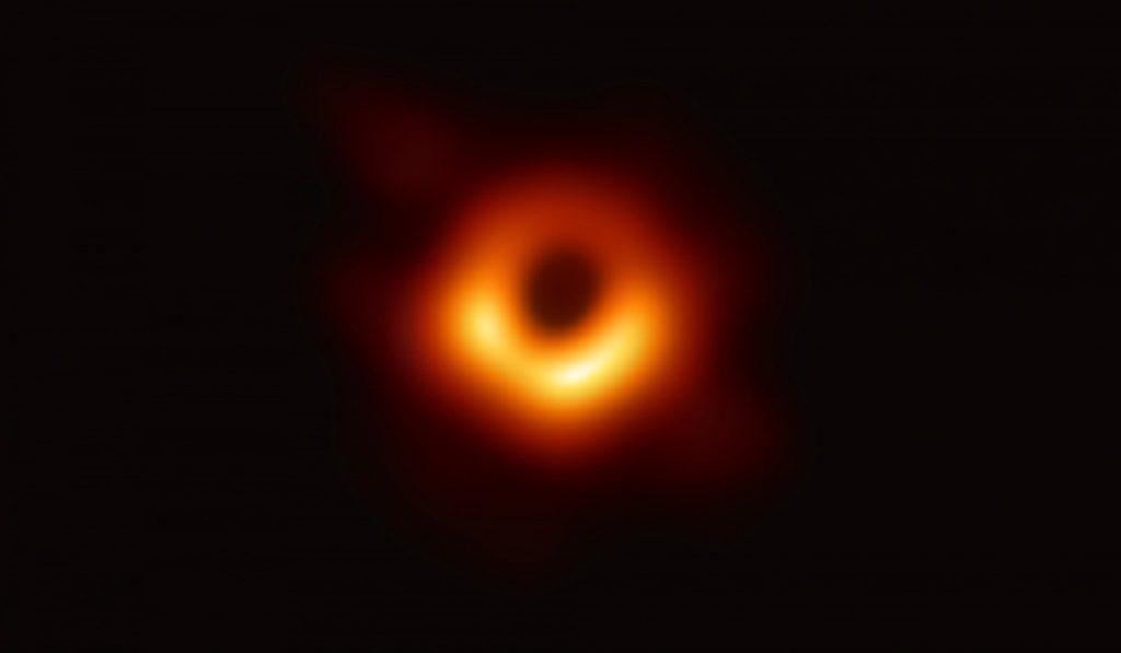 Por primera vez detectan luz detrás de un agujero negro