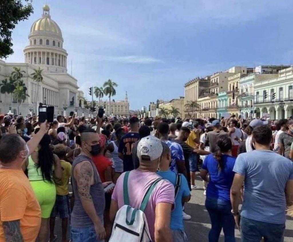 Miles de manifestantes toman las calles en Cuba al grito de «libertad»