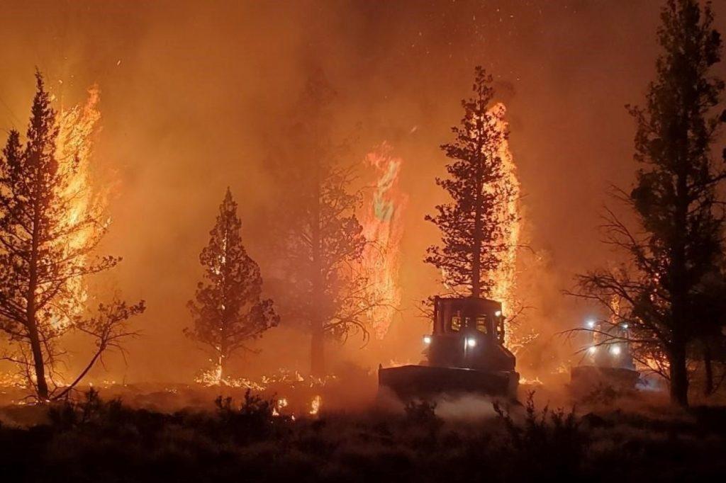 Nueva ola de calor suma presión en la lucha contra el fuego en California