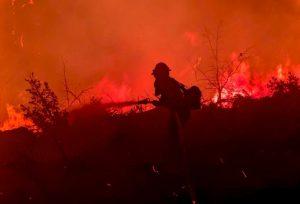 Más de 22.000 bomberos combaten 86 grandes incendios en Estados Unidos