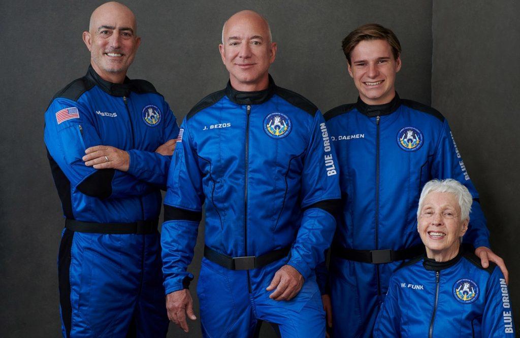 Jeff Bezos regresa a la Tierra tras llegar al espacio a bordo del cohete de Blue Origin