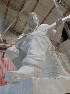 Víctor Jara, por el escultor Oscar Plandiura.