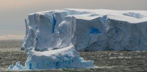 El desprendimiento de los mayores icebergs antárticos, una señal de alarma