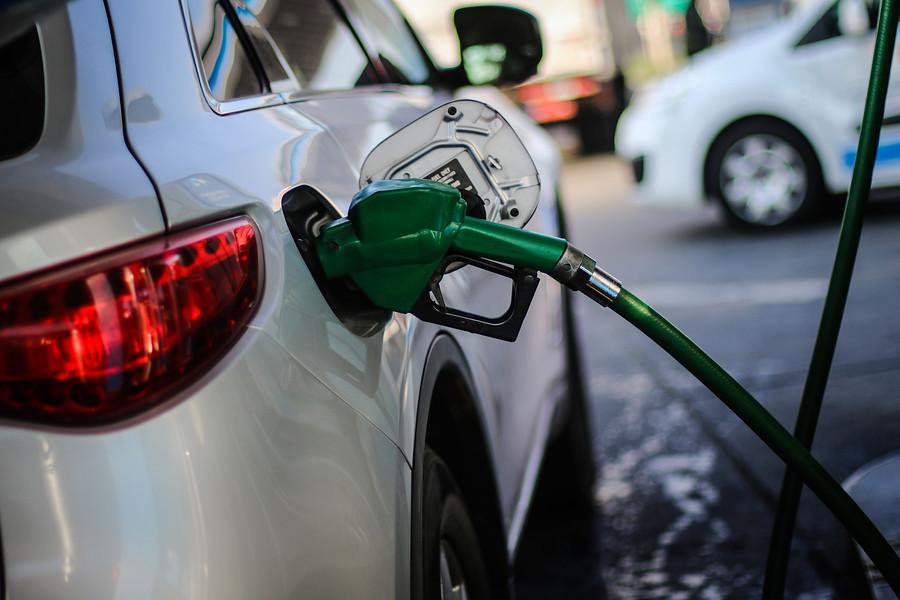 Baja la bencina tras 35 semanas de alza: Gobierno anuncia modificación al Mepco