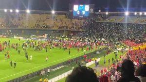VIDEO| Regreso del público a los estadios en Colombia fue de la peor manera: Barras bravas se enfrentaron en plena cancha