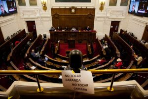 CRÓNICA  Un día en la Convención Constitucional: quiltros, fascistas y un palacio de lujo