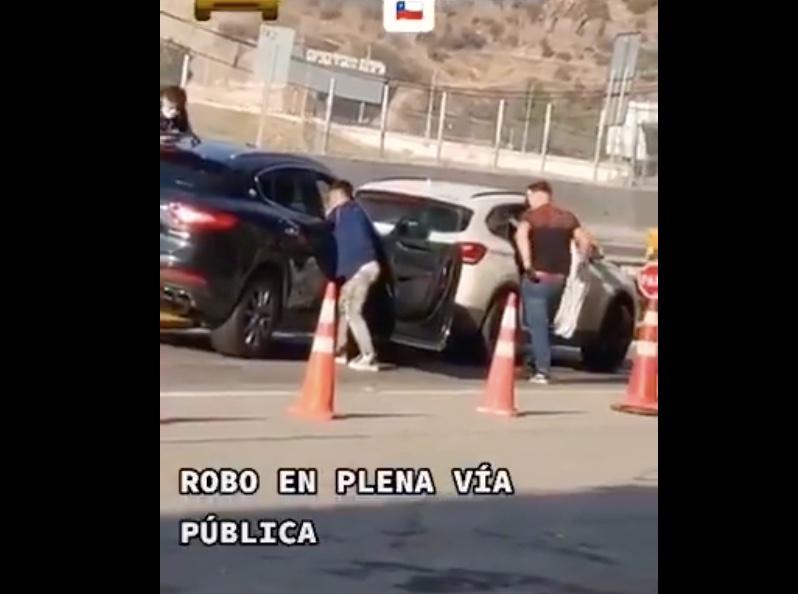VIDEO| Asaltantes roban vehículo en plena luz del día y con testigos