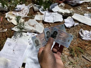 Migrantes haitianos desechan decenas de carnets chilenos en colapsada frontera de EE.UU.