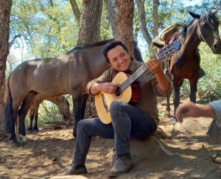 PERFIL  Mario Calderón: La décima de un joven cantor a lo poeta