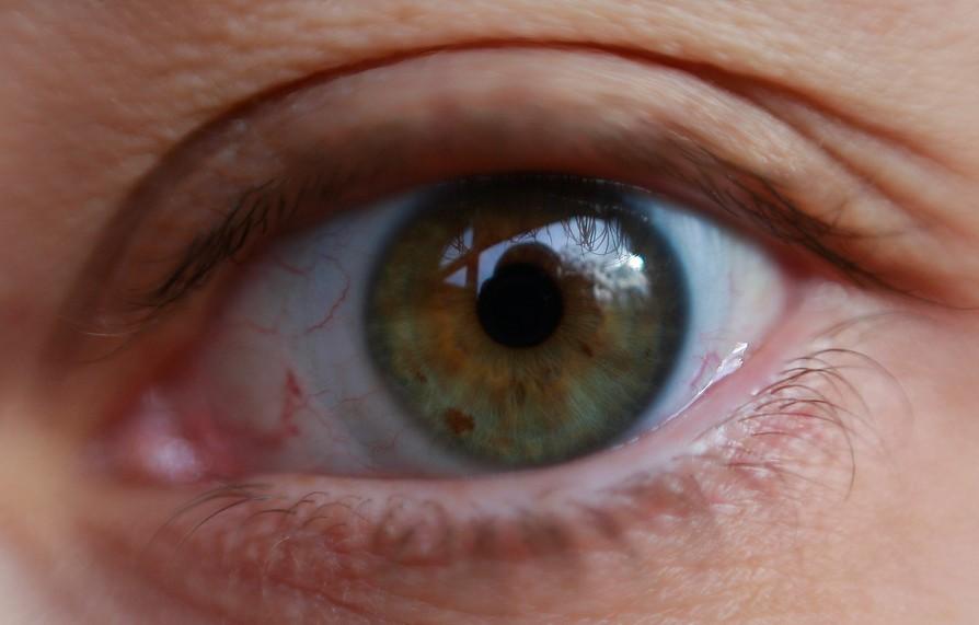 Fármaco mejora la esperanza de vida a pacientes con cáncer de ojo agresivo