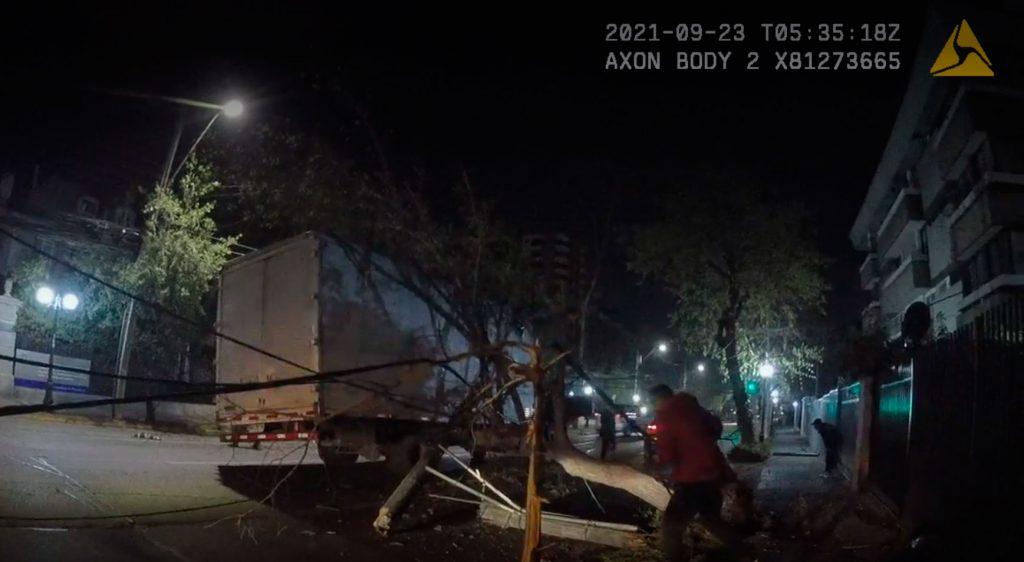 VIDEO  El momento en que guardia de Providencia se salva tras choque de camión con cables