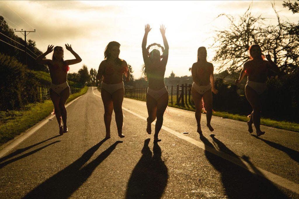 Feminismo a la chilota: Carolina Vivart se toma calles, puertos e iglesias en su vibrante nuevo videoclip «NO NO NO»