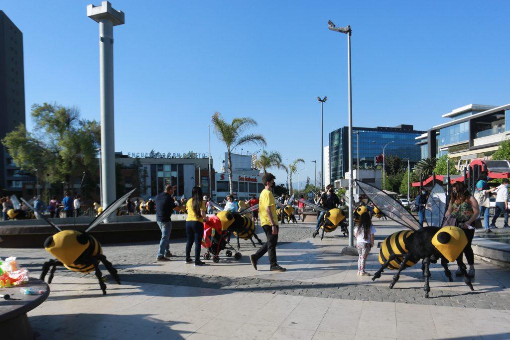 Lanzan campaña de protección a las abejas con intervención urbana en Plaza Egaña